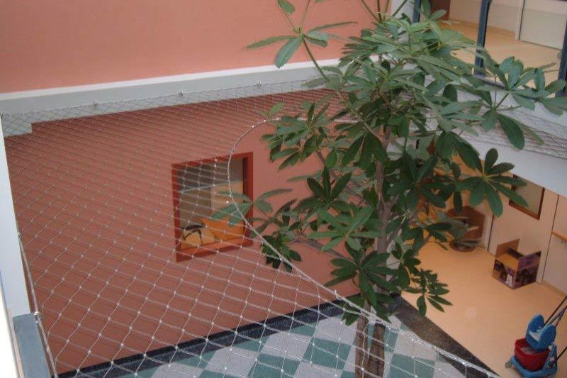 valbeveiligingsnet van rvs kabelnet in verpleeghuis. Black Bedroom Furniture Sets. Home Design Ideas