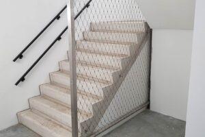 kabelnetten in trappenhuis ter beveiliging Carl Stahl