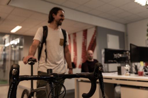 Coen met fiets op kantoor - Carl Stahl