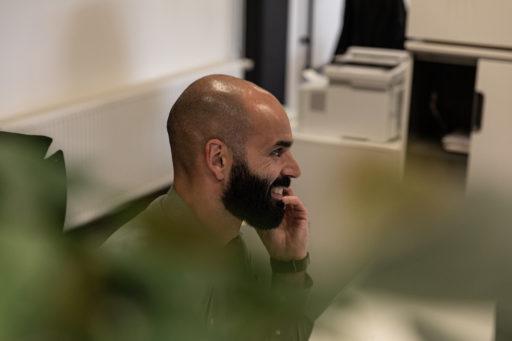 Over ons - Carlos aan de telefoon - Carl Stahl kantoor