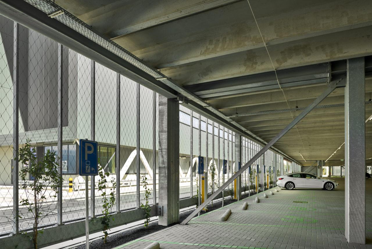 Parkeergarage-Distributiecentrum-Jumbo-met-RVS-kabelnetten-als-hekwerken-Carl-Stahl