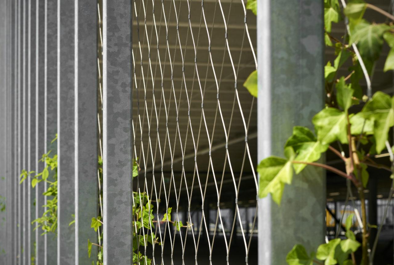 RVS-kabelnetten-in-parkeergarage-distributiecentrum-Jumbo-als-beveiliging-en-klimhulp-groene-gevel-Carl-Stahl