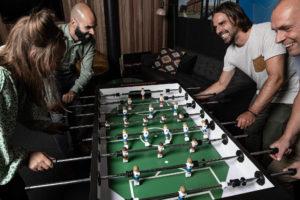 Tafelvoetbal met team op kantoor - Carl Stahl